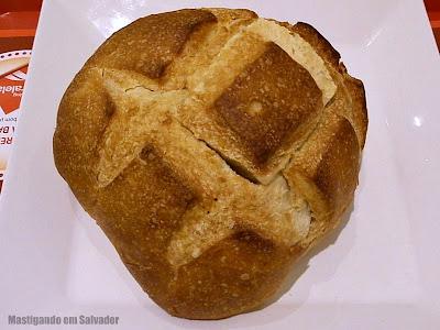 Frends Alimentos Leves: O caldo de Aipim com Carne seca, servido no Pão (ainda fechado)