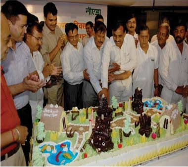Noida Authority CEO cutting the cake to mark the celebrations of 37th Foundation day of Noida.