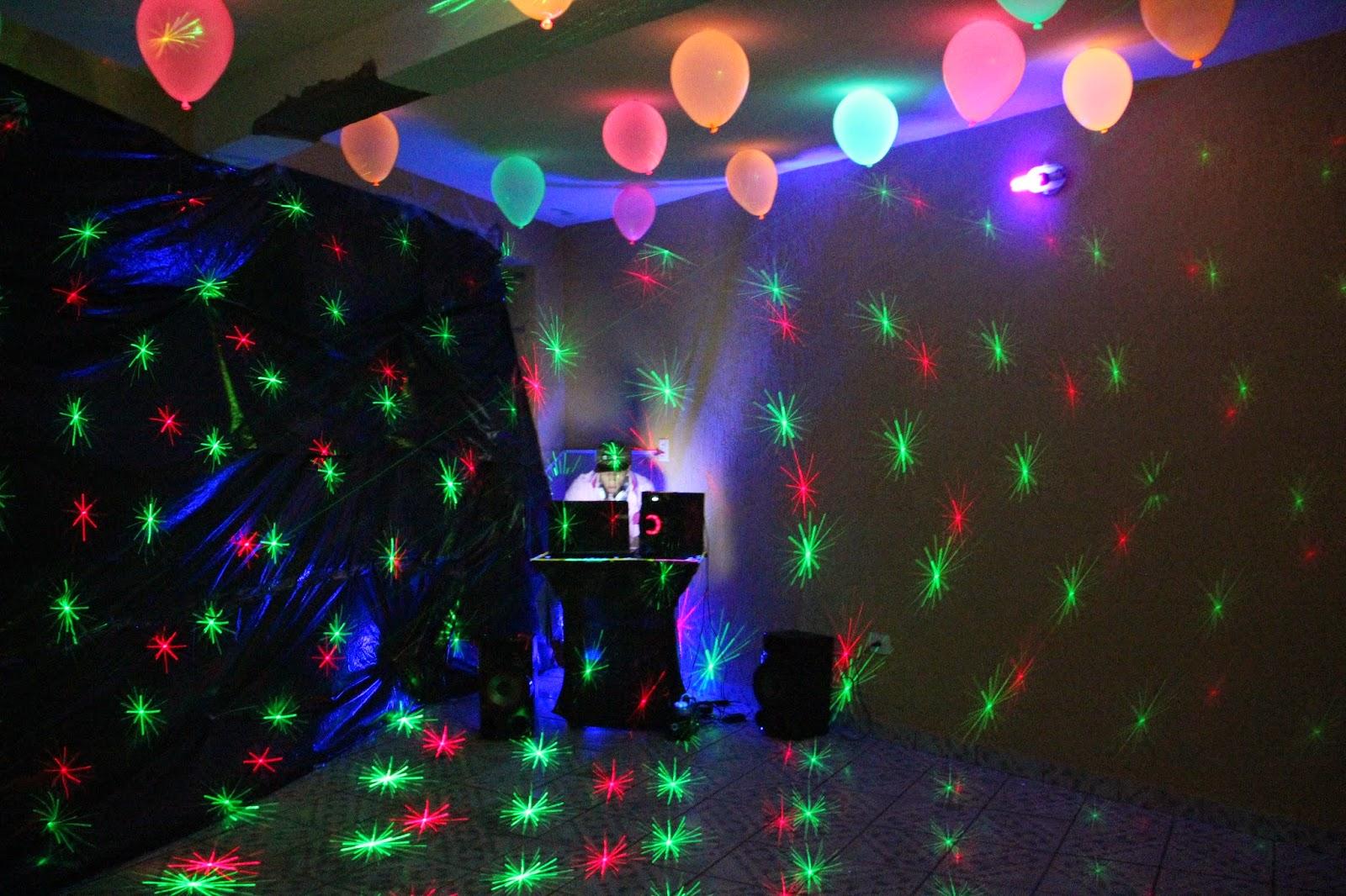 decoracao festa glow:pista de dança foi na garagem, colocamos algumas bexigas no teto e