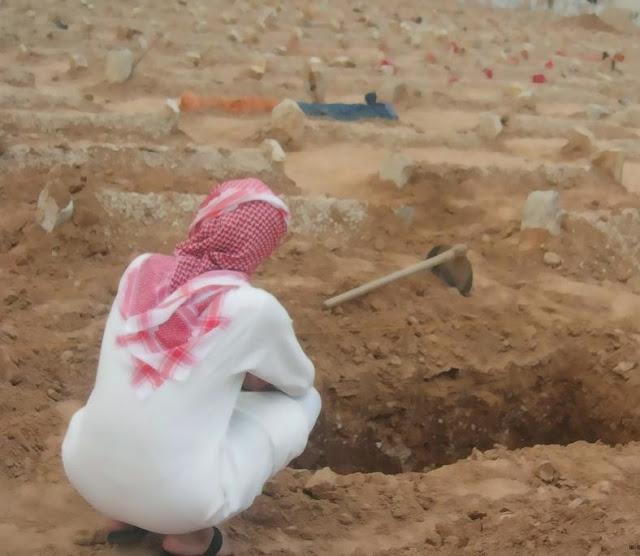 بعد مرور ثلاثة اشهر على دفنها سمعوا صوت بكاء عند قبرها لن تتخيل ماذا وجدوا