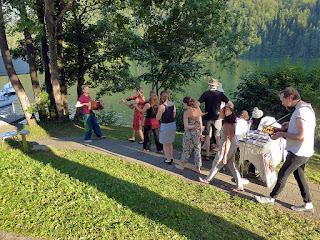 Stephan Steiner entraîne ses élèves vers la scène / photo S. Mazars