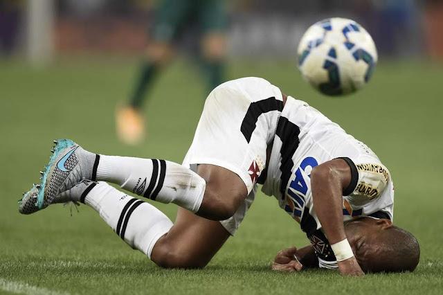 Assim como o zagueiro Rodrigo, time do Vasco parece estar de cabeça para baixo no Campeonato Brasileiro Foto: Jorge Rodrigues / Gazeta Press
