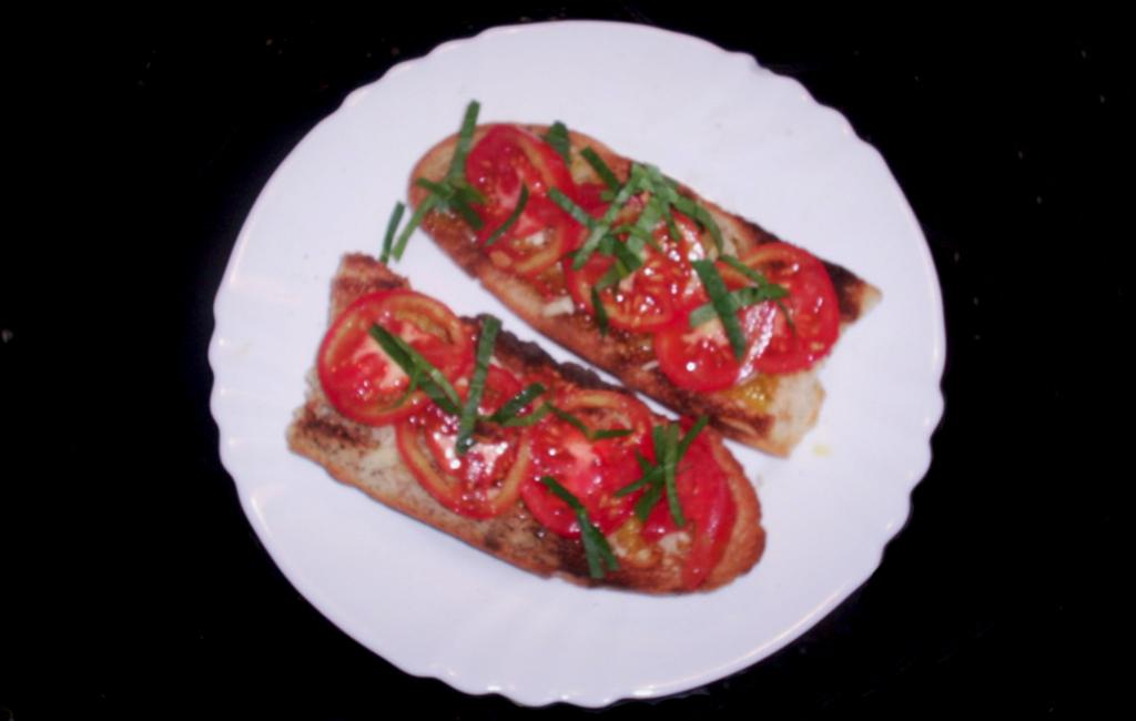 presentación de la tosta de ajo y tomate