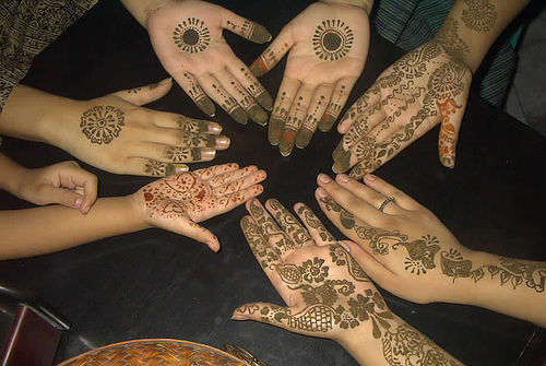 Mehndi Hands Girls : Mehndi designs on a group of girls 2011 bridal