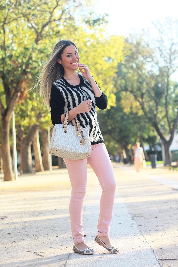 Num destes dias de Outono, com sol e vento, decidi escolher o Rosa Quartzo para o Look do dia. Esta é a cor do ano 2016, segundo a Pantone... Outfit. Molly Bracken sweater. Jeans rosa. Padrão de zebra. Tendências Outono/Inverno 2015 2016. Michael Kors. Style Statement. Blog de moda portugal