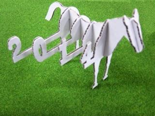 別アングルから見た馬の模型の写真