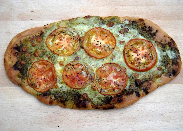 Pizza con Pesto, Tomates Frescos y Mozzarella