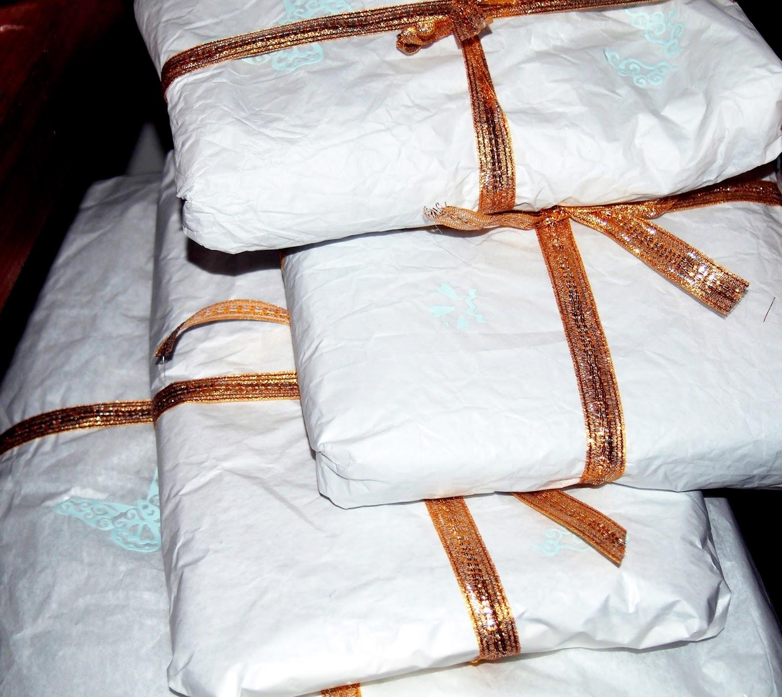 Joululahjat on paketoitu valkoiseen ja kultaan.