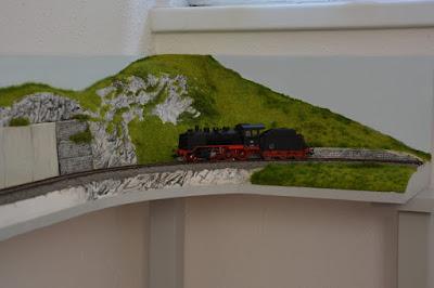 H0 und H0e Modulanlage - erstes Modul in Position aber noch nicht vollendet - Es darf geträumt werden: Der erste Zug