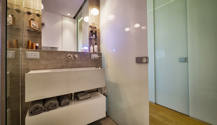 Small bathroom in the Penthouse Apartment in Ramat HaSharon, Israel