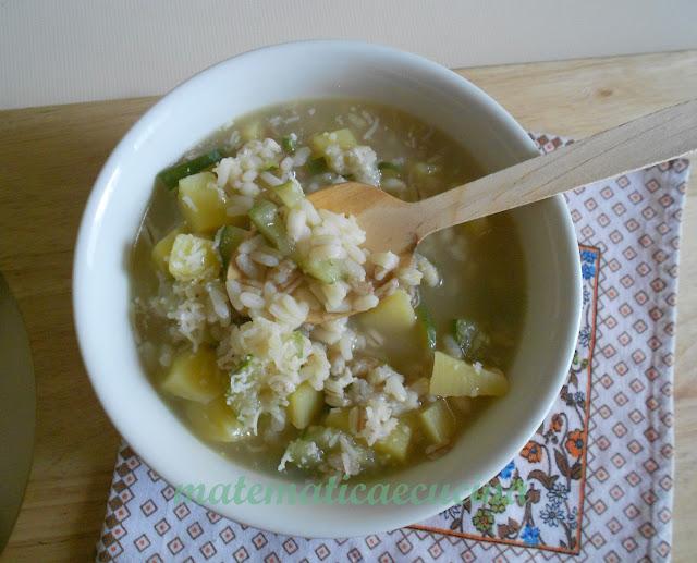 minestra di riso, farro e orzo con patate e zucchine in pentola a pressione