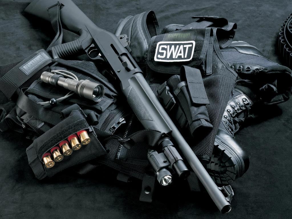 http://3.bp.blogspot.com/-46n5W-N0ncE/T-hh5jzwDMI/AAAAAAAACTY/_k7R3JfPGx4/s1600/Swat_Shotgun_Light_and_Ammos_HD_Wallpaper.jpg