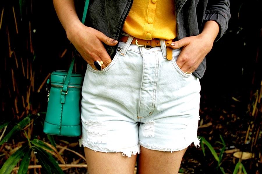 details accessoires bag shorts shirt belt
