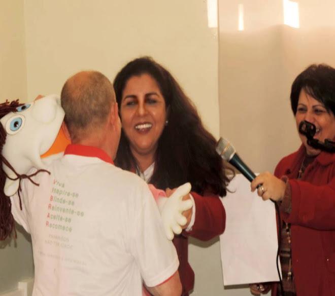 Emoção: Manoel Ianzer recebendo a boneca Danielle, da Claudio Romariz com Idamara Oliveira