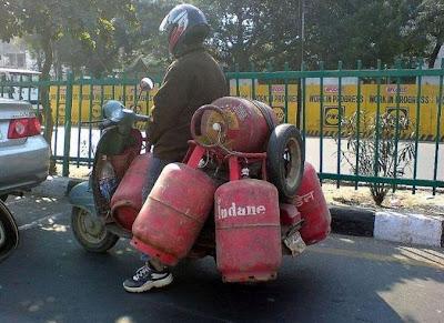 Un scooter transporte des bouteilles de gaz, super dangereux!
