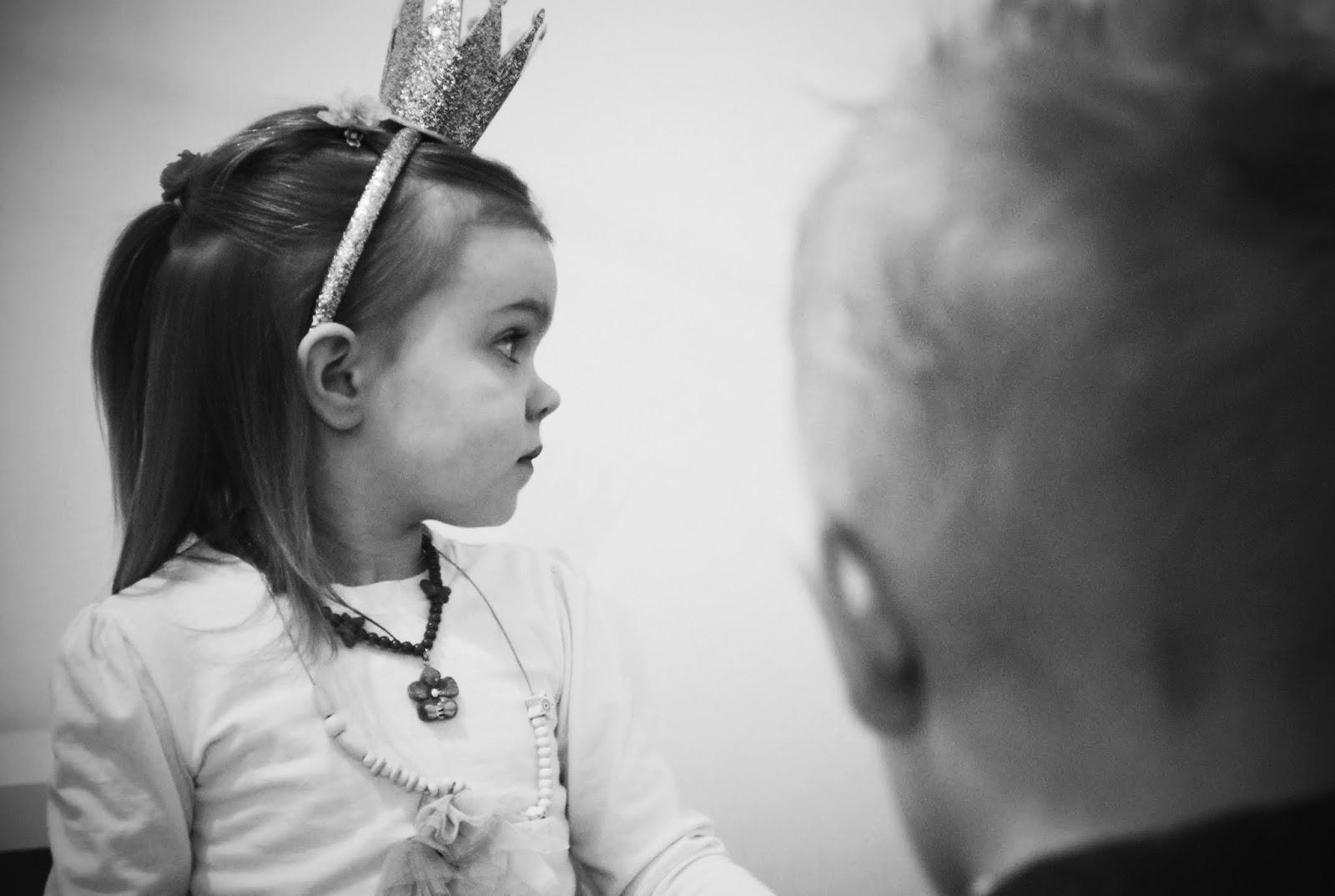 Małe Wilczki Urodziny Huberta opaska korona H&M