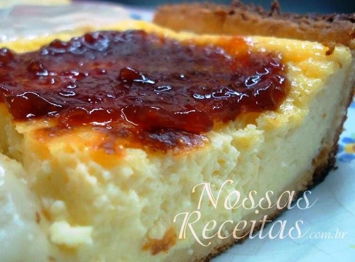 Receita de torta gelada preparada ricota e coberta com geleia
