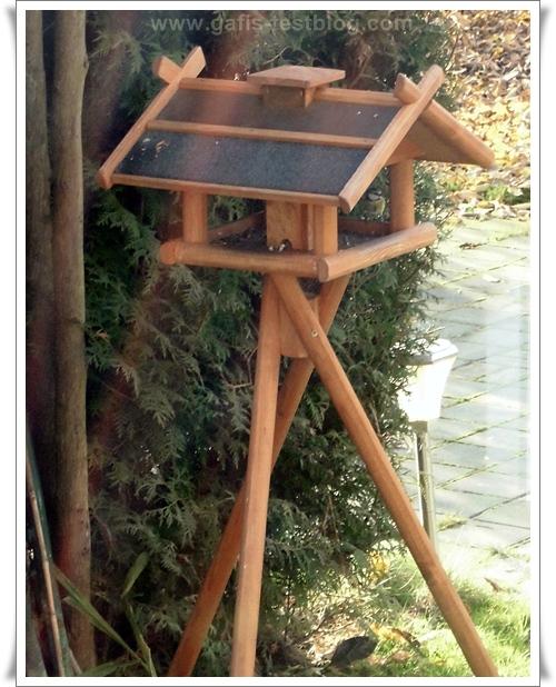 Holz-Vogelhäuschen mit Meise