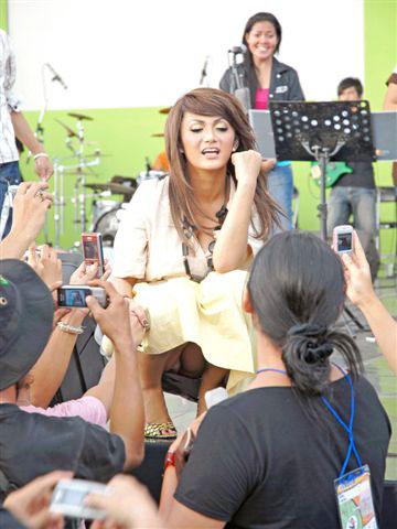 Demikian foto Kd saat latihan tarik swara yg Cdnya ngintip wartawan