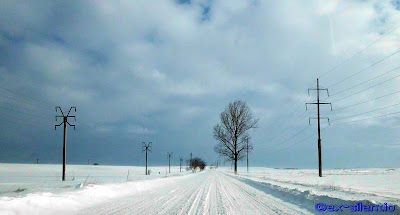 peisaj de iarna drum cu zapada