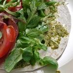 Wraps au pesto, tomates, jambon cru, mozzarella, mâche et roquette (voir la recette)