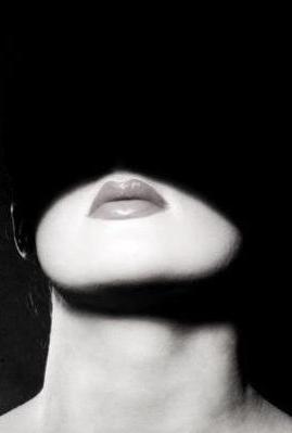 De entre las sombras...