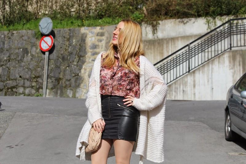 croptop_flores-falda_cuero-chaqueta_punto