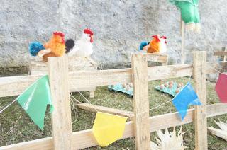 Galinheiro falso decorando uma festa junina