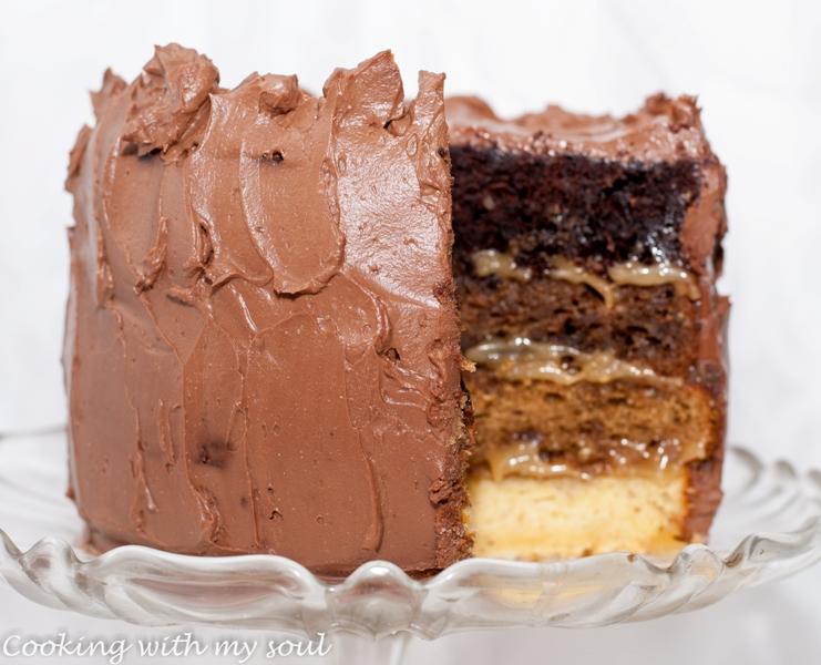 Tort cu blat de iaurt, crema de caramel si ciocolata