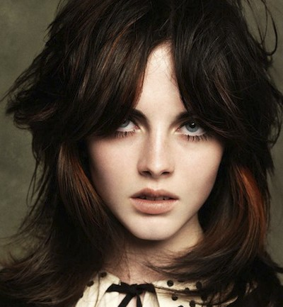 los cabellos mas oscuros son coloreados por reflejos mas claros