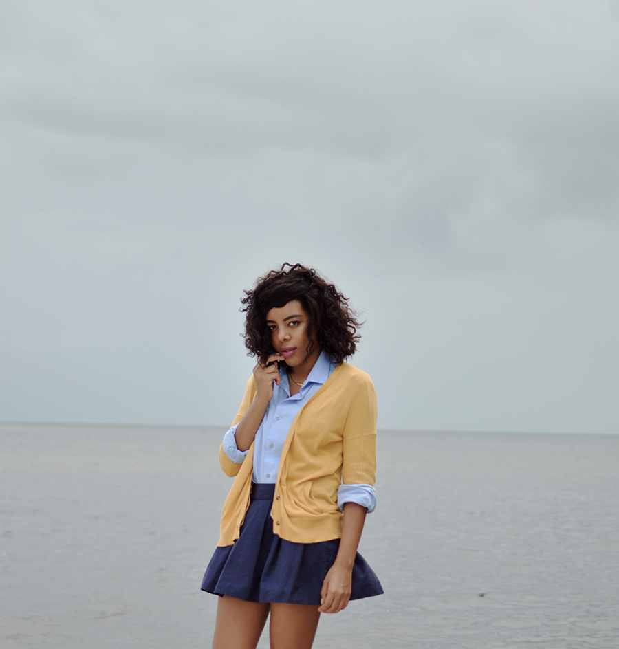 indie fashion blogger anais alexandre of down to stars in a simple summer schoolgirl look by the water