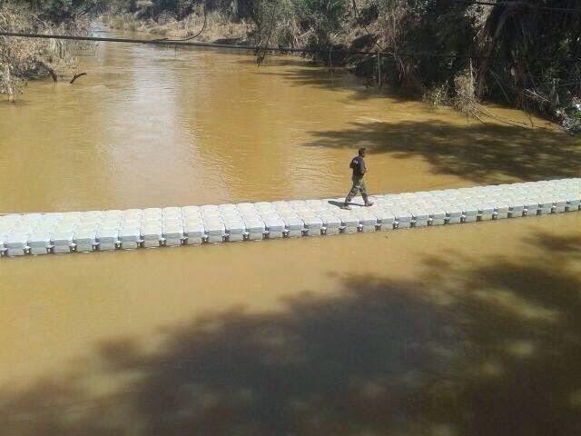 """""""Floating Bridge"""" Dibina di Kampung Aur Gading Ganti Jambatan Musnah Dalam Banjir (5 Gambar) http://apahell.blogspot.com/2015/01/floating-bridge-dibina-di-kampung-aur.html"""
