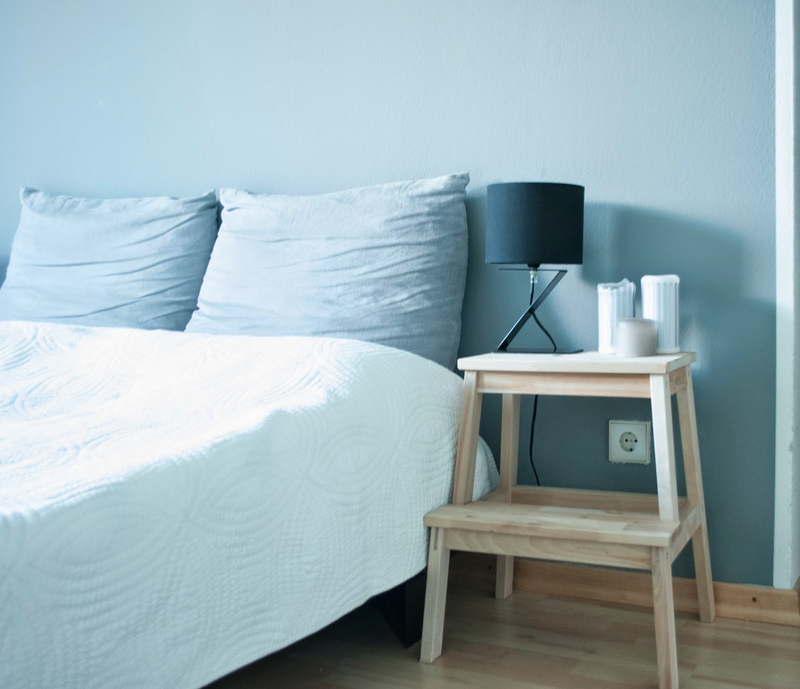 Bekväm als Nachttisch Interior Inspiration Einrichtung Dekoration Deko IKEA Ikea Möbelschwede Schlafzimmer Mehr als nur ein Leben Kerzen graue Wand Hupsis Serendipity