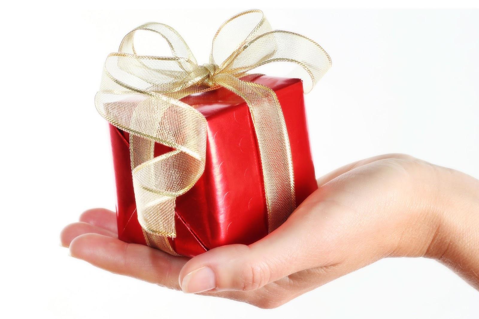 На какую сумму подарить подарок 65