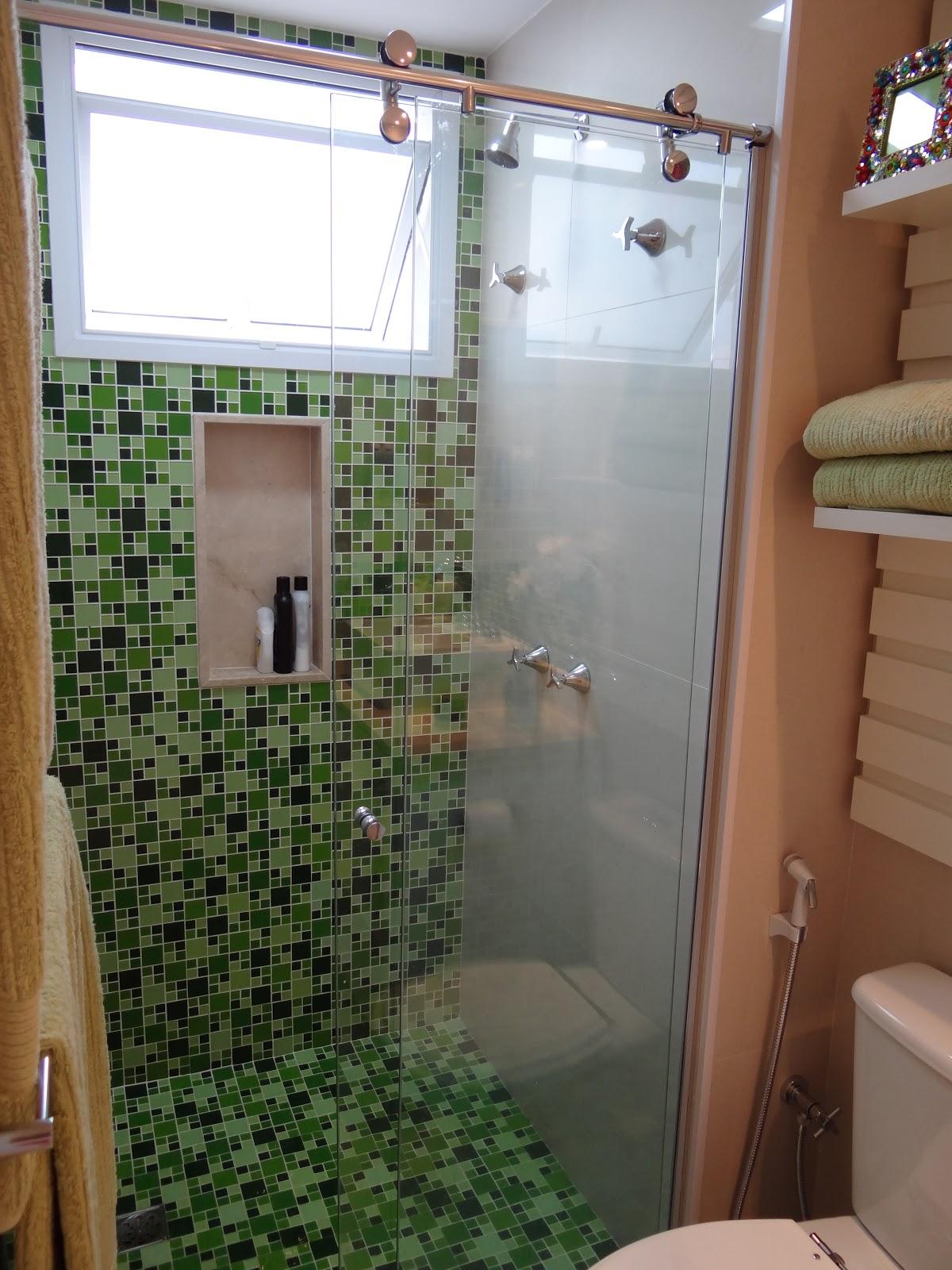 Dentro dos grandes gavetões existem gavetas de talheres e peças  #6D4730 1200x1600 Banheiro Branco Com Box Verde