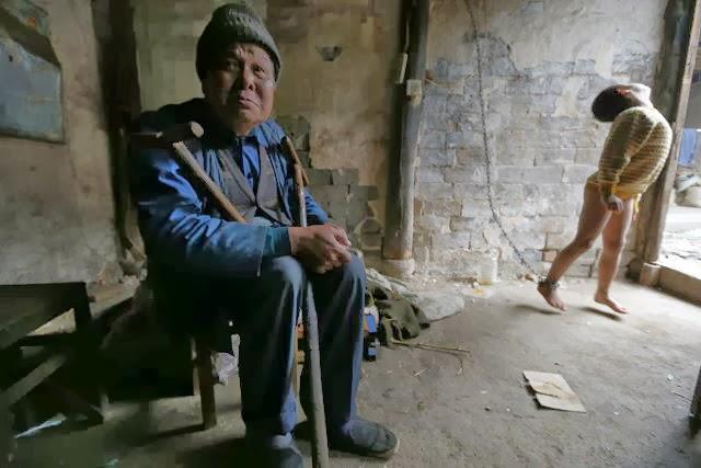 Niño chino con problemas mentales encadenado