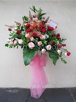 rangkaian bunga standing mawar