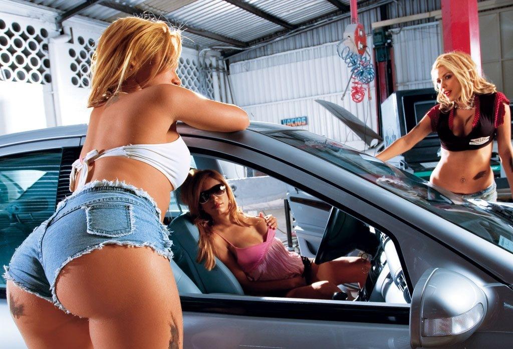 Грудастая в машине