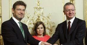 El nuevo ministro de Justicia, Rafael Catalá, recibe su cartera ministerial de manos de su antecesor, Alberto Ruiz-Gallardón. - Foto EFE