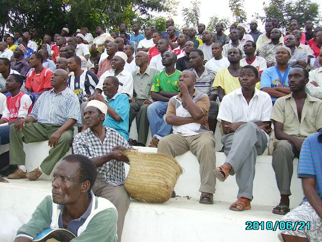 Mashabiki wakifuatilia mchezo kati ya Africa sports na Small Prison.