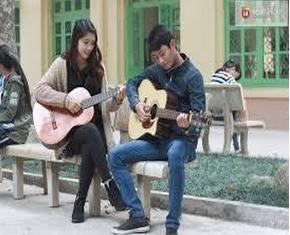 sinh viên chơi đàn