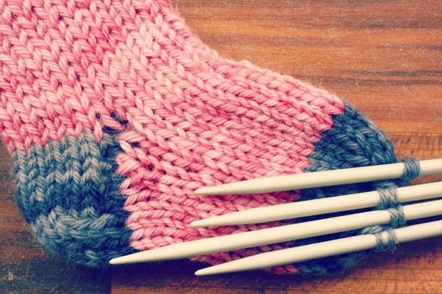 C mo tejer calcetines con cinco agujas mumslowcreative - Como hacer talon de calcetines de lana ...