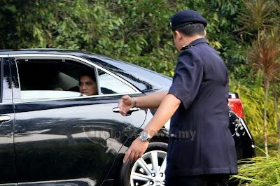 Azmin Biadab Gelar Polis Barua UMNO Syed Ali