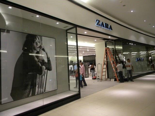 Hombre desnudo irrumpe en Agora Mall