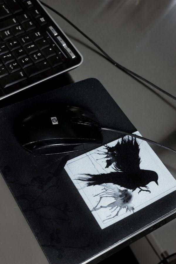 musmatta med egen bild, använda egna bilder på prylar, musmatta och eget fotografi, presenttips, rolig musmatta, reklam, svart fågel, beställa eget foto på musmatta, skrivbord,