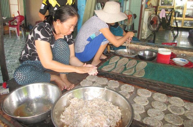 Thịt rắn ép mỏng thành bánh, đem phơi khô