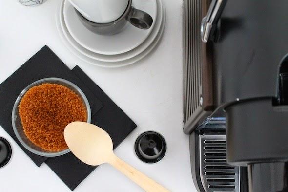 café, cafetera, nespresso, tazas, azúcar, cucharillas, blanco y negro, cocina, dekoloop