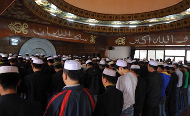 Muslim bertelingkah dengan polis China yang telah hancurkan masjid