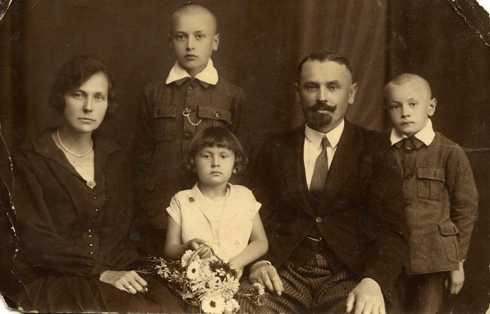 Stanisław Jaworski z żoną, córką i synami.  Foto. udostępniła p. Danuta Warwas.