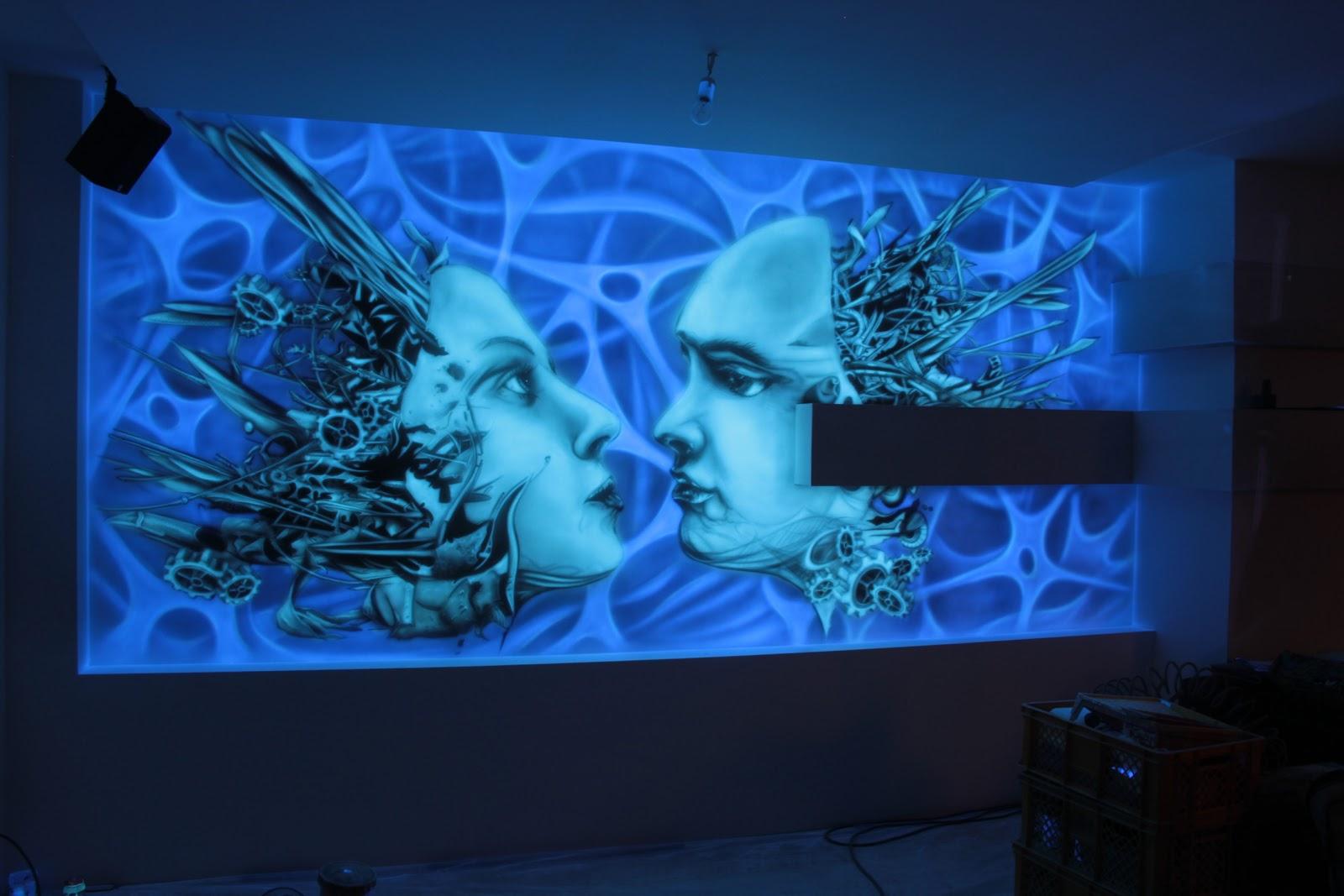 Mural UV świecący w ciemności, mural 3D, jest to biomechanika, obraz namalowany został na ścianie farbami ultrafioletowymi. Inowrocław